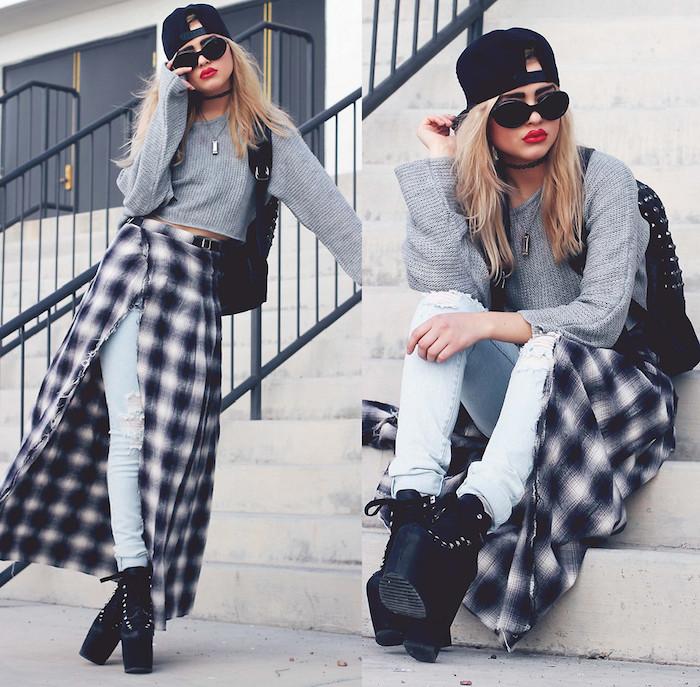 bottines femme, paire de jeans claires avec jupe carreaux blanc et noir, casquette et lunettes de soleil noires