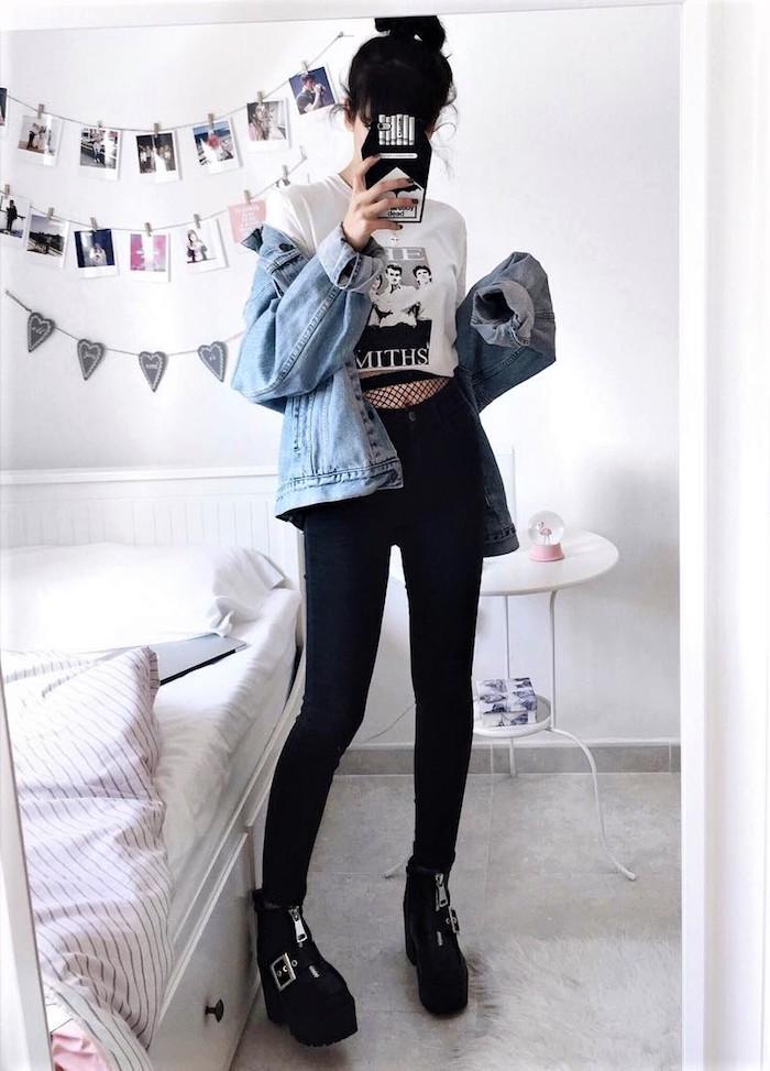 chambre ado fille, murs blancs avec déco en photos, tenue fille pantalon noir et top blanc, coiffure cheveux attachés en chignon haut