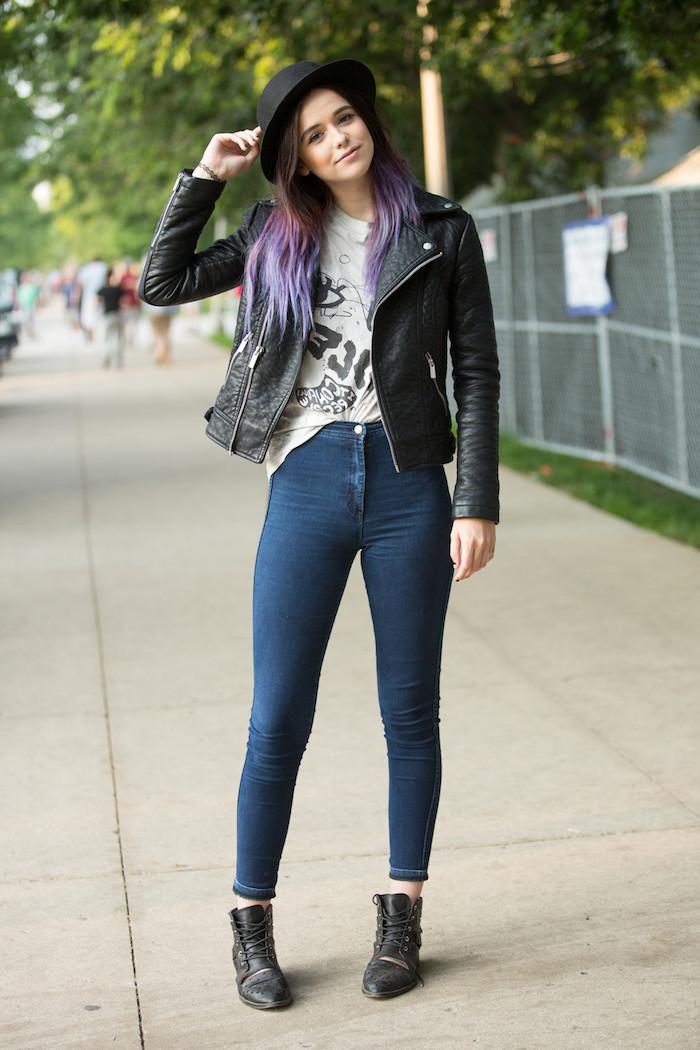 bien habillée, cheveux longs coloration violet pastel sur les pointes, coiffure avec capeline, veste en cuir et t-shirt gris