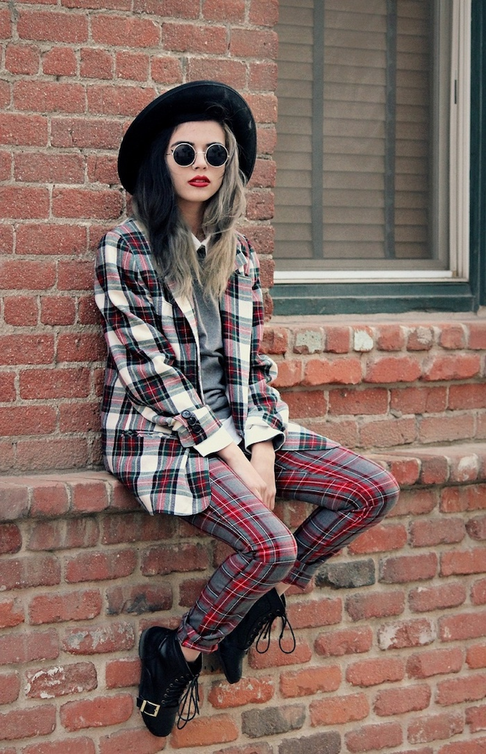 mode femme, coloration balayage racines foncées avec pointes blondes, lunettes de soleil rondes et noires