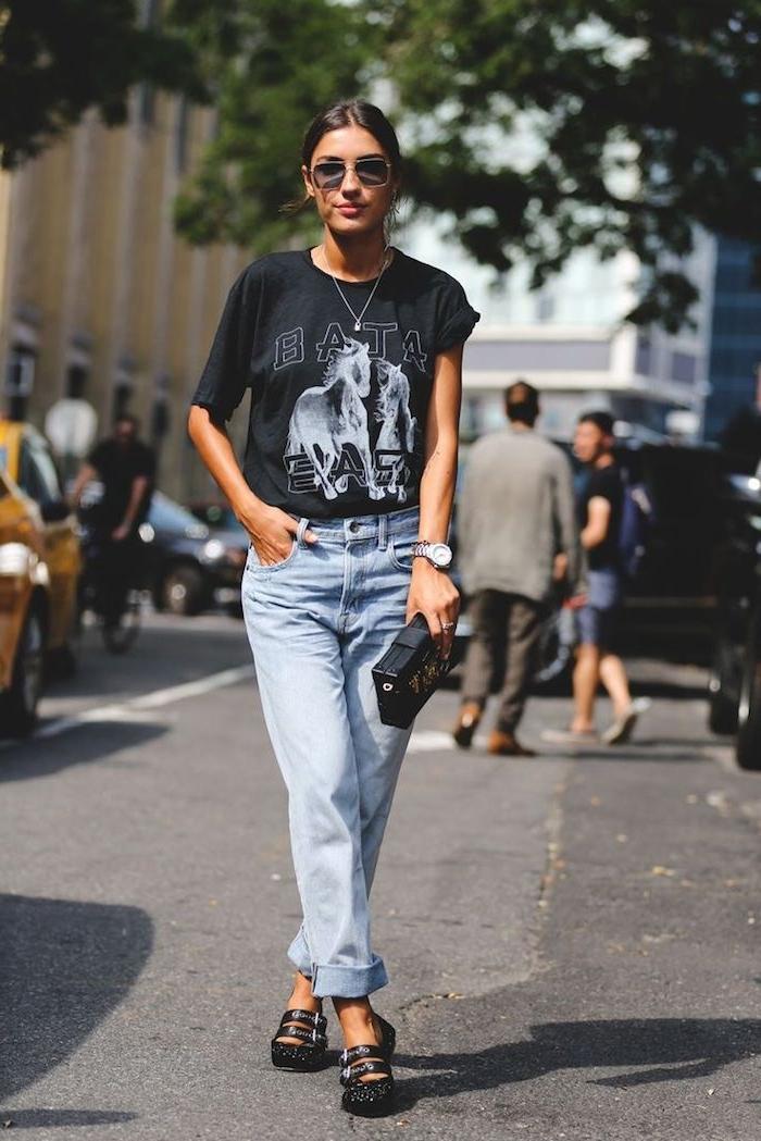 tendances de mode, paire de jeans claires avec t-shirt noir, montre en argent modèle femme