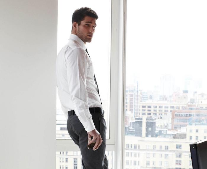 costume homme en blanc et noir, look professionnel en pantalon et chemise