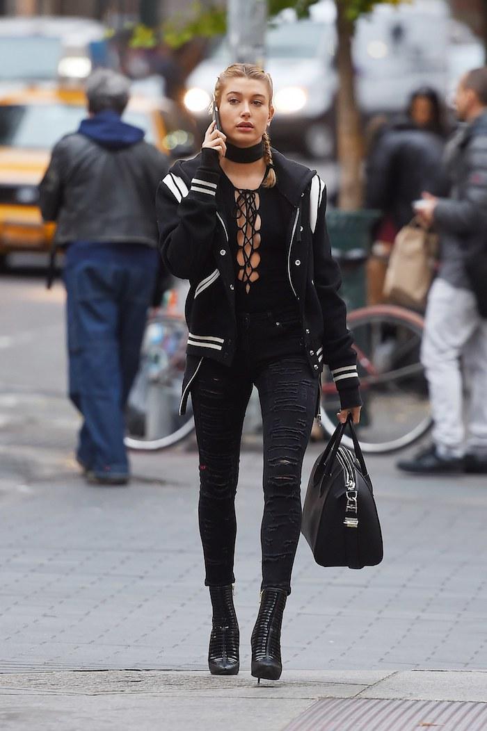 sac cuir femme, pantalon slim noir et déchirés avec bottines à talons hauts en simili cuir noir