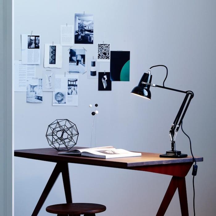 espace de travail original, bureau en bois, tabouret bois et lampe design noire, style industriel