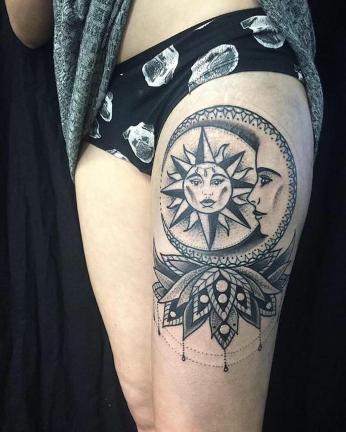 lune tatouage, tatouage noir à la jambe, le soleil et la lune en un seul disque et un lotus