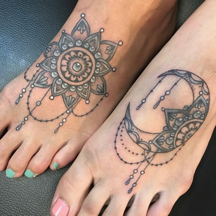 lune tatouage, tatouages abstraits, la lune et le soleil ornés de plusieurs bijoux
