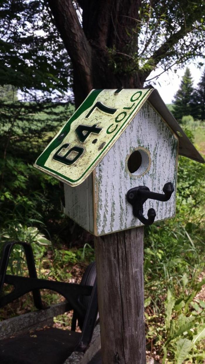mangeoire à oiseaux, petite maisonette rustique en bois peint blanc et objets recyclés