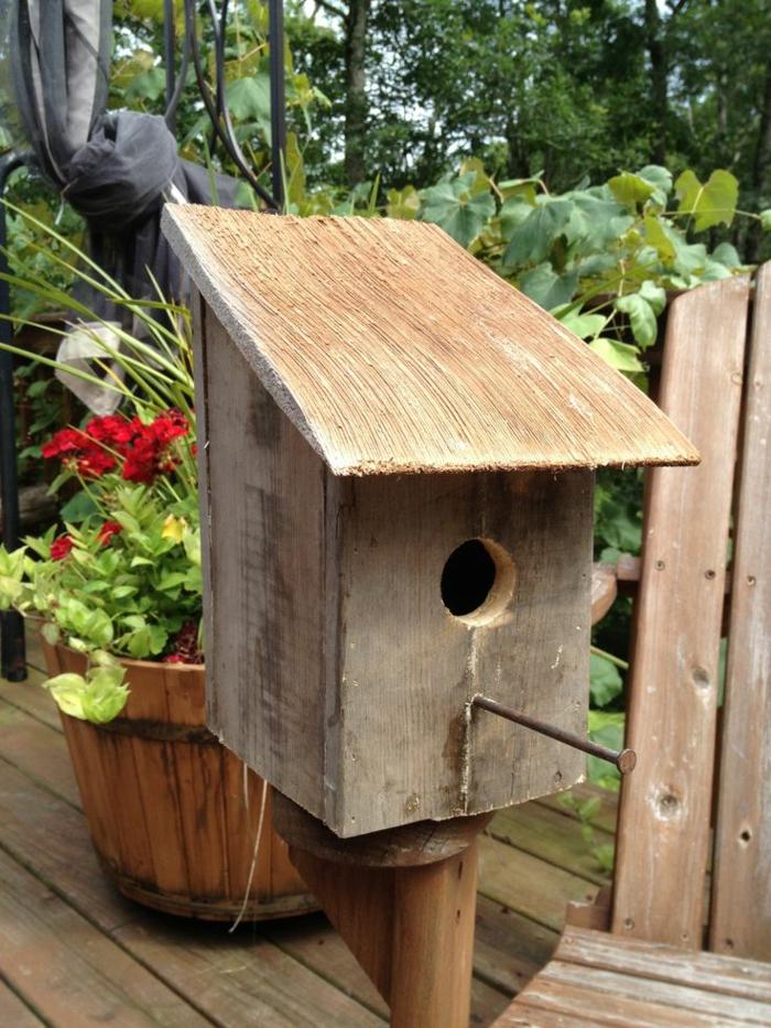 fabriquer une mangeoire pour oiseaux du jardin en bois mangeoire originale pour oiseaux faire. Black Bedroom Furniture Sets. Home Design Ideas