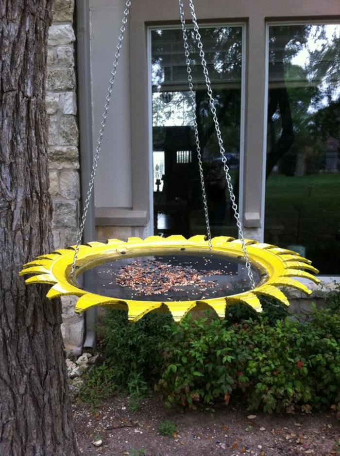 mangeoire oiseau, perchoir oiseaux avec des graines à accrocher dans le jardin