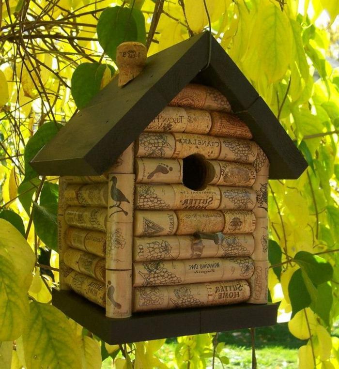 mangeoire oiseau plan gratuit, maisonette pour les oiseaux en bouchons de liège