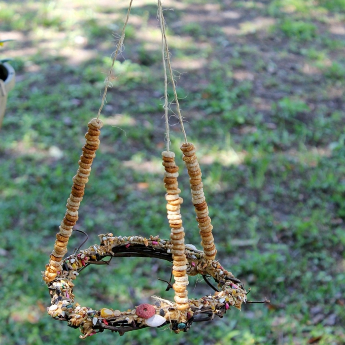 mangeoire oiseau plan gratuit, nichoir à oiseaux original avec nourriture pour les oiseaux