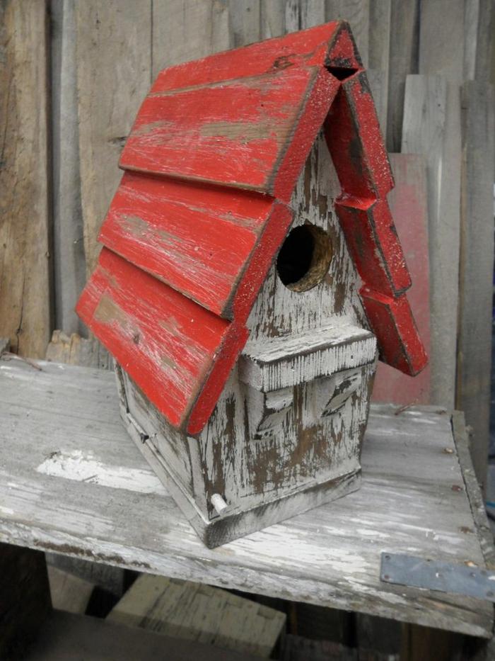 mangeoire oiseau plan gratuit, maisonette rustique style shabby avec toiture rouge