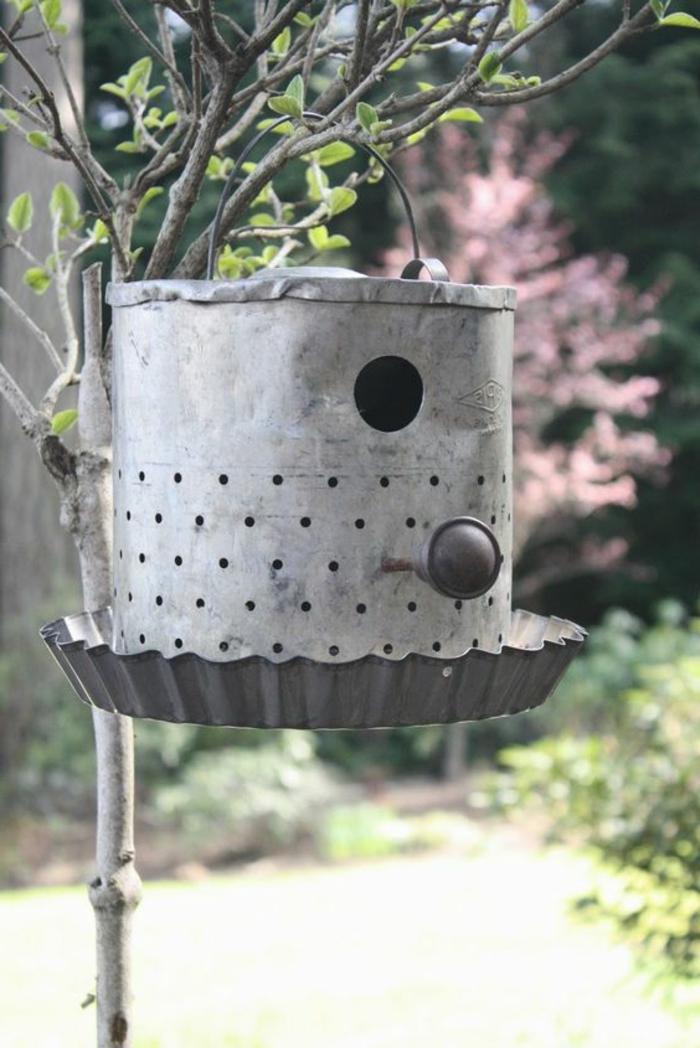 mangeoire oiseau plan gratuit, arrosoir transformé en nichoir à oiseaux