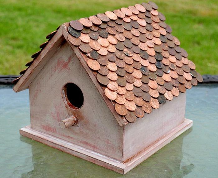 mangeoire pour oiseaux, toiture en monnaies, maisonette en bois, nichoir oiseaux
