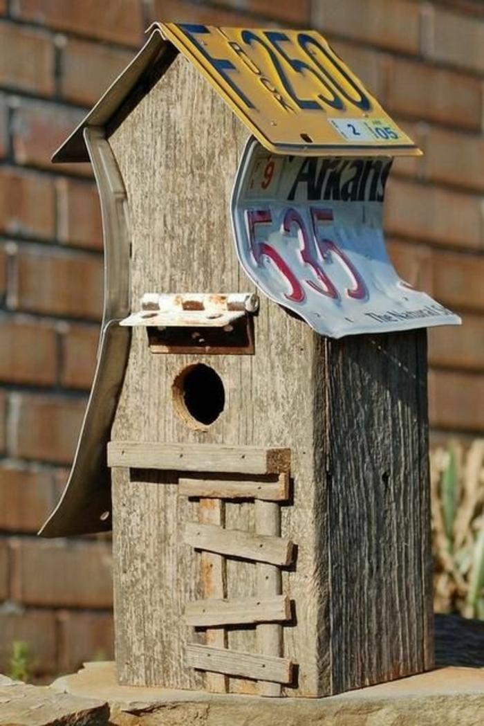 mangeoire pour oiseaux, maisonette à oiseaux en bois et toiture en plaque d'immatriculation