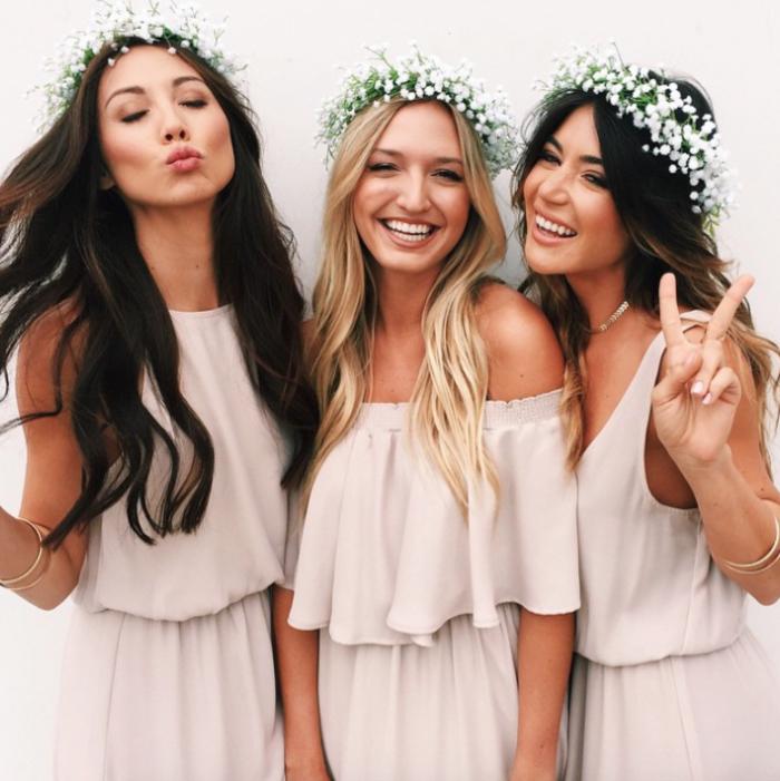 comment habiller le cortège nuptial de style bohème chic, demoiselles d'honneur vêtues en robes ample couleur nude