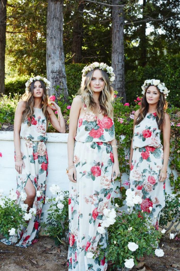 une robe de demoiselle d'honneur à imprimé floral pour un look bohème chic printanier, modèle fluide à haut ample