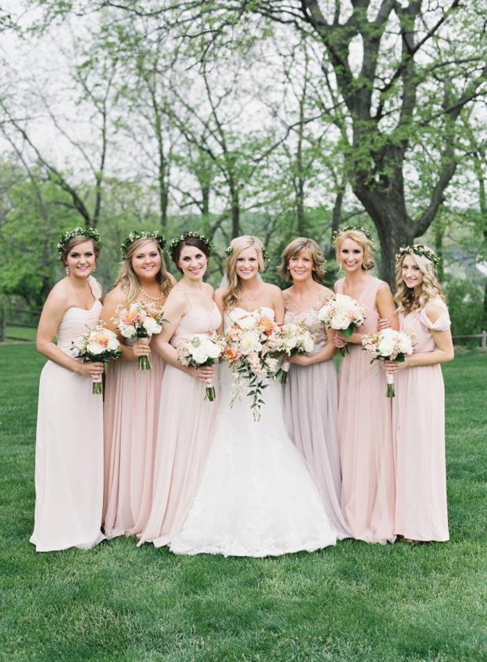 cortège nuptial en robes aux nuances douces de rose poudré, tenue de mariage dans l esprit bohème chic