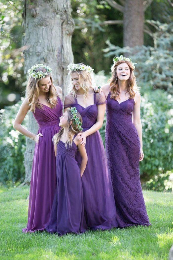 vision romantique et féminine d un cortège nuptial bohème chic en robes fluides couleur violette
