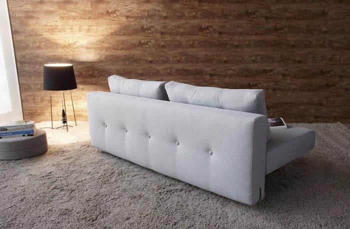 canapé gris de perles perle et mur marron