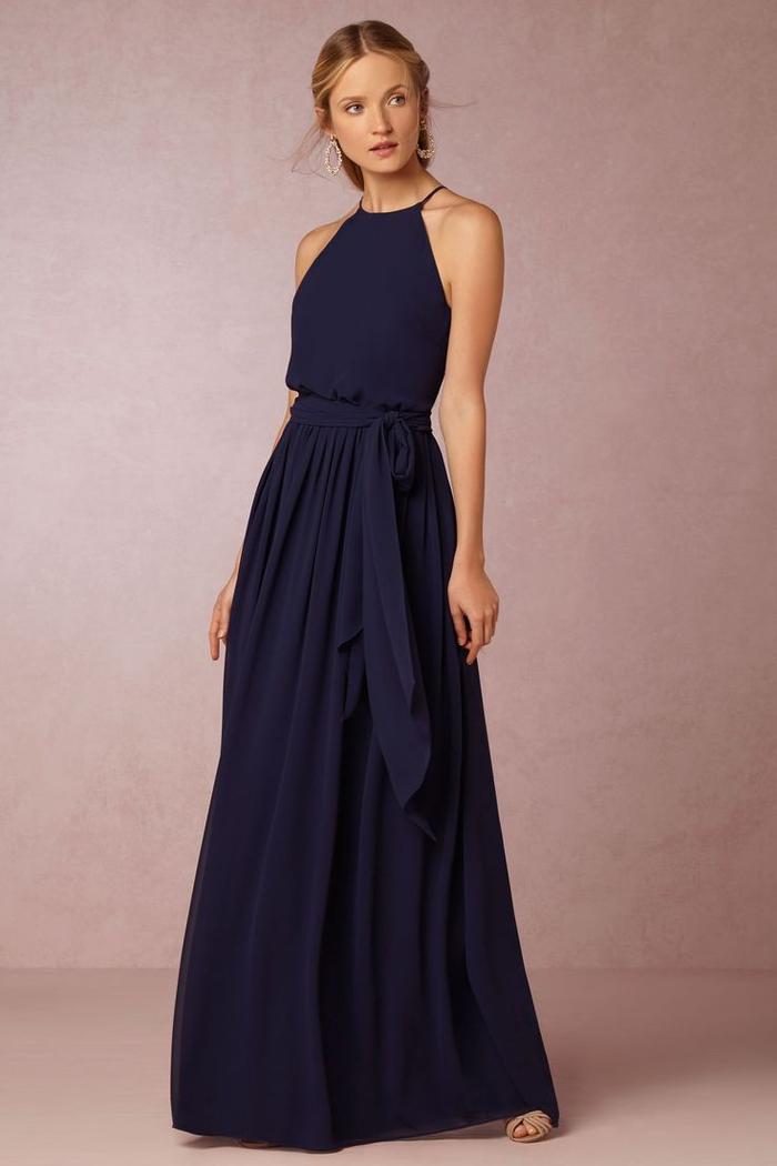 une robe de dame d honneur en bleu marine à jupe maxi plissée et à col tour de cou