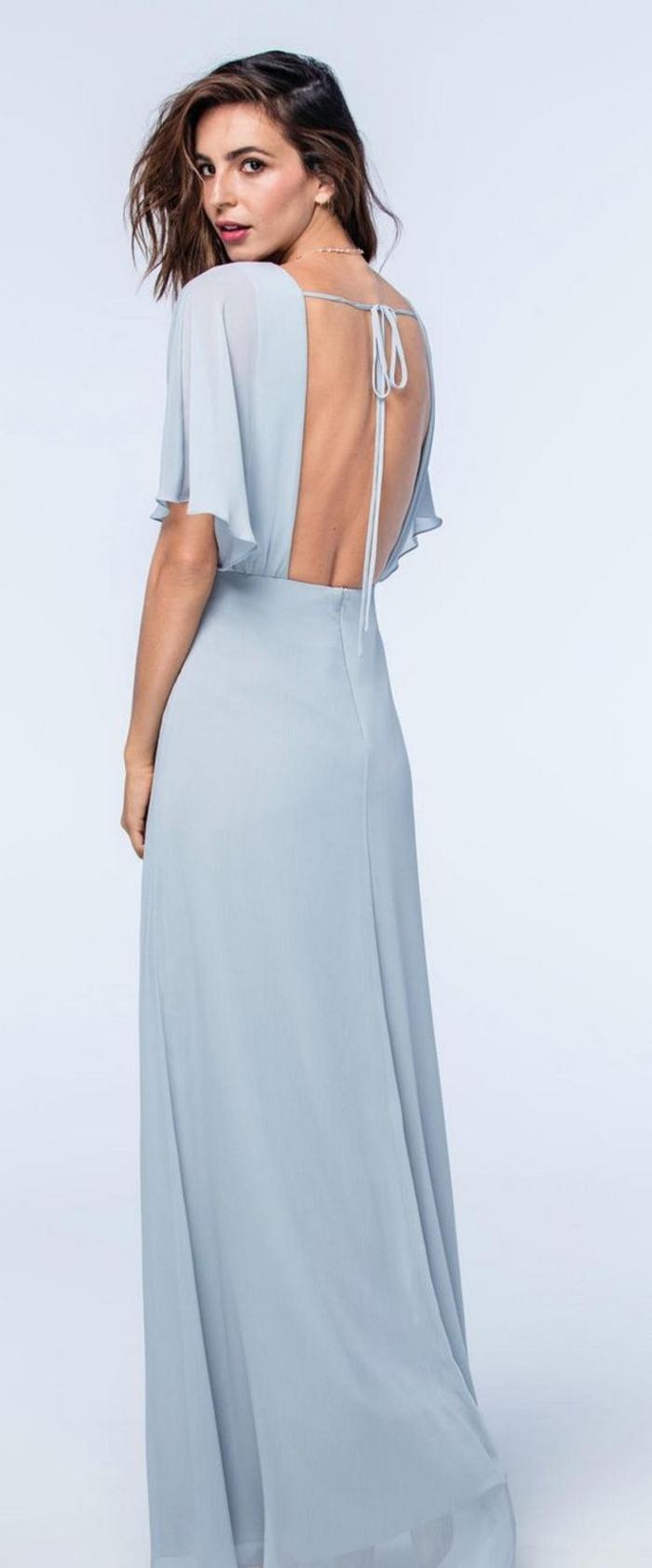 silhouette sublime en maxi robe bleu gris à dos nu et aux manches bohème