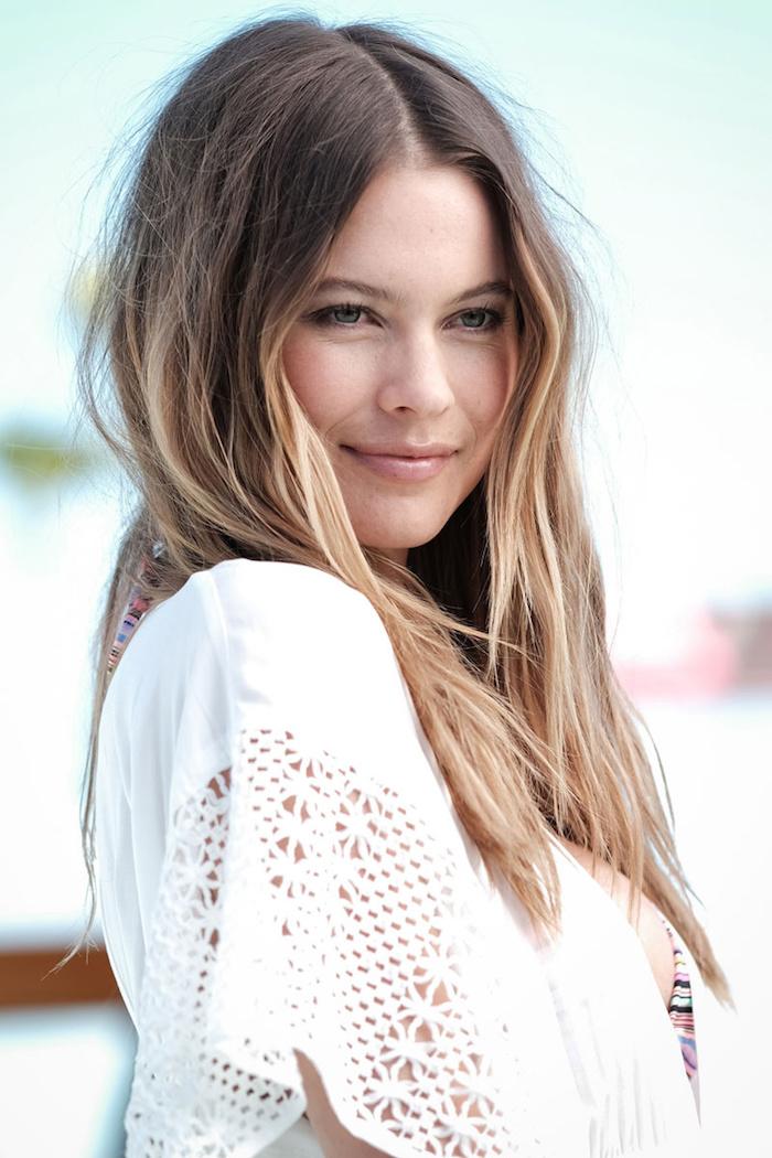 couleur de cheveux tendance, coiffure avec racines foncées et pointes blondes, maquillage naturel avec lèvres nude