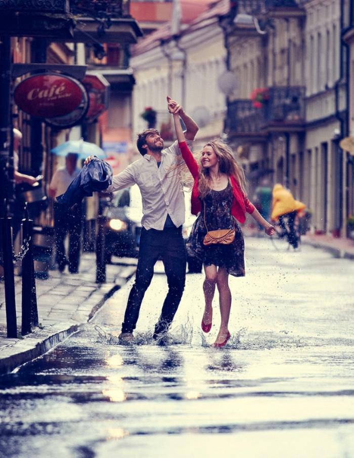 Seance photo couple images d amoureux couple d amoureux danser sous pluie belle photo