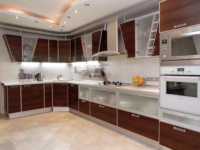 tendance deco, armoires en bois marron foncé et verre, carrelage des murs en blanc