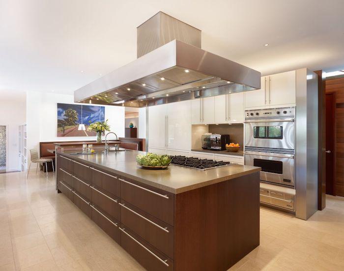 cuisine aménagée, ilot central en bois foncé avec comptoir en quartz, peinture paysage naturel