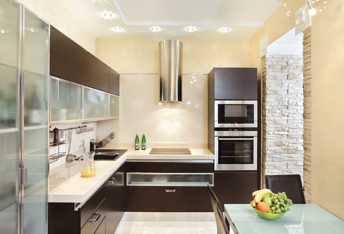 decoration interieur, meubles de cuisine en bois marron foncé et verre mat, murs peints en beige