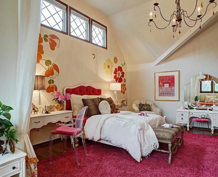 peinture murale, lampe de chevet à motifs tigre, décoration murale à motifs floraux, tête de lit boutonné en rouge et blanc