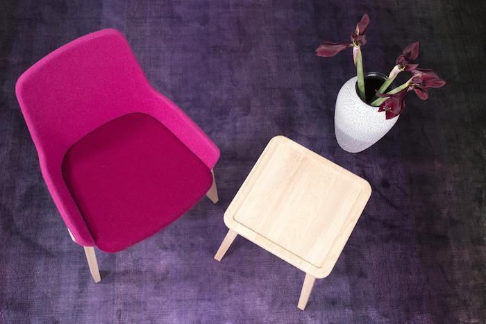 decoration interieur, idée aménagement coin de repos, chaise en tissu framboise avec petite table en bois claire