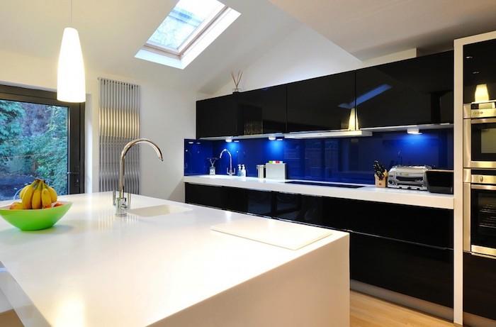 cuisine semi ouverte, porte coulissante vers le jardin en cadre noir, meubles de cuisine noirs sans poignées