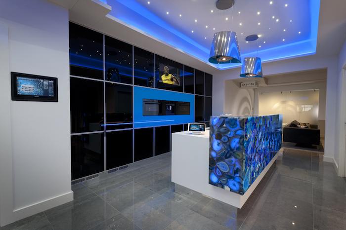 aménagement de pièce avec ustensiles high-tech, plafond blanc avec lampes suspendues et éclairage néon bleu