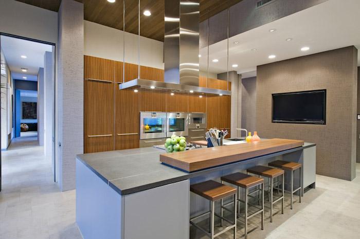tendance deco, plafond en bois avec éclairage led, mur habillé en bois clair, bol aux pommes vertes