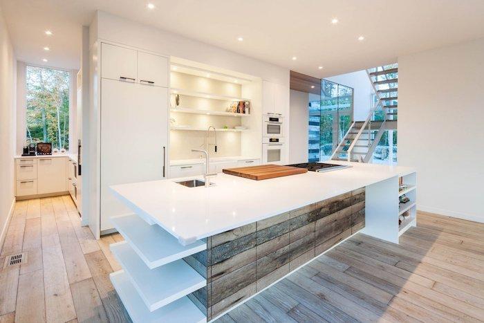 meuble haut cuisine, rêvetement de sol en bois, ilot central en blanc avec armoires en bois