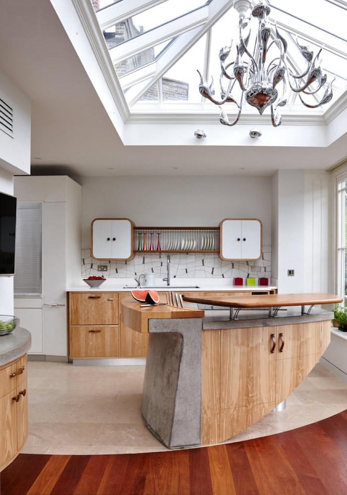 petit meuble de cuisine, revêtement de sol en bois et carrelage beige, meuble en bois clair