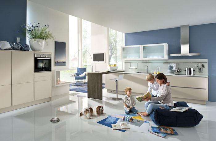 cuisine équipée, plafond blanc et murs bleus, peinture paysage nature, carrelage de sol en blanc