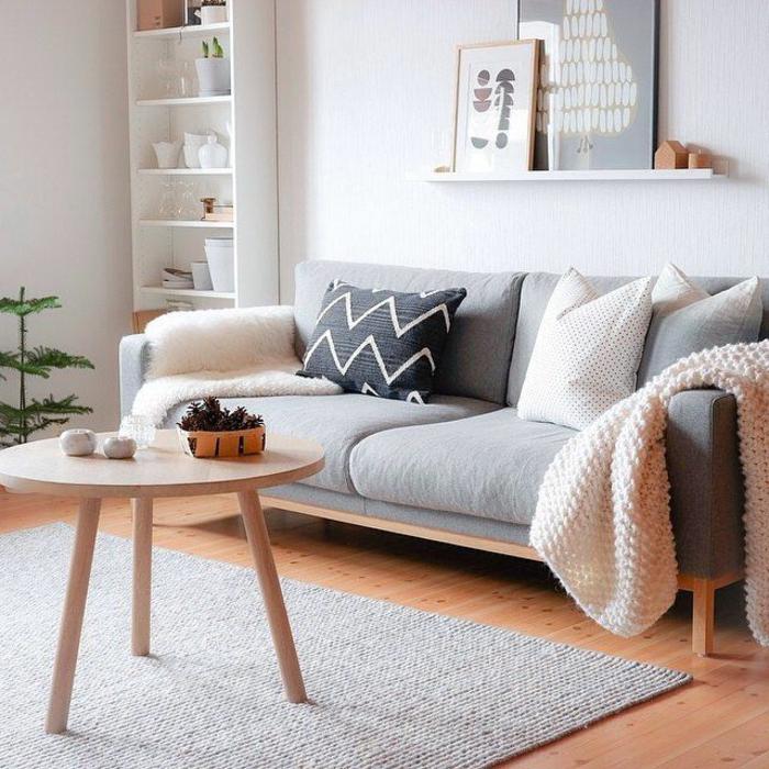 meuble gris, table en bois style scandinave, sofa scandinave gris, tapis gris pâle, peinture murale grise