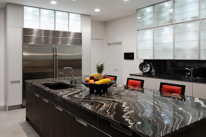 cuisine avec ilot central, quelle couleur choisir pour une cuisine moderne, pièce en blanc, gris et noir