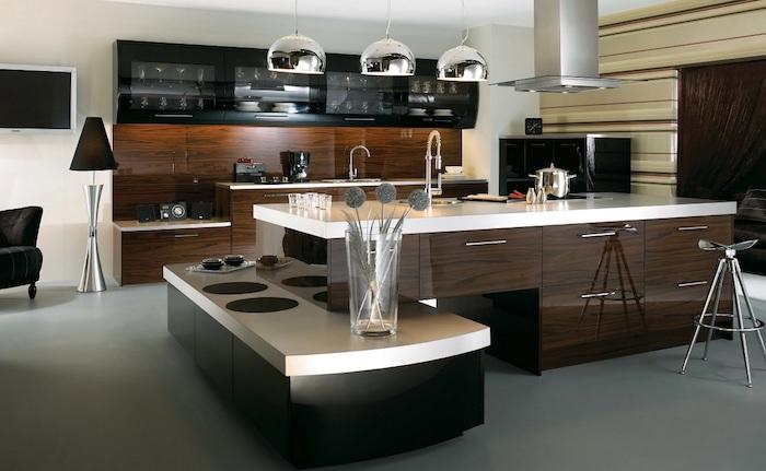 cuisine avec ilot central, plafond blanc, meubles de cuisine noirs en verre, ilot central en bois foncé