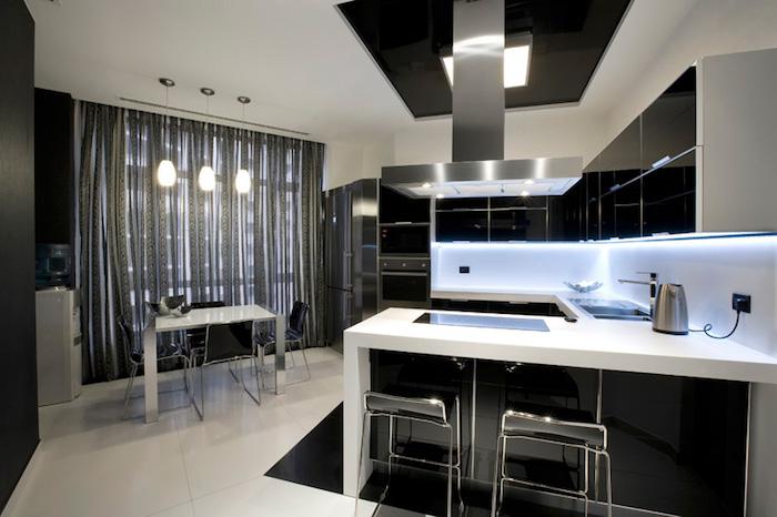 decoration interieur, plafond et sol en blanc, meuble de cuisine en noir, lampes suspendues au-dessus de la table à manger