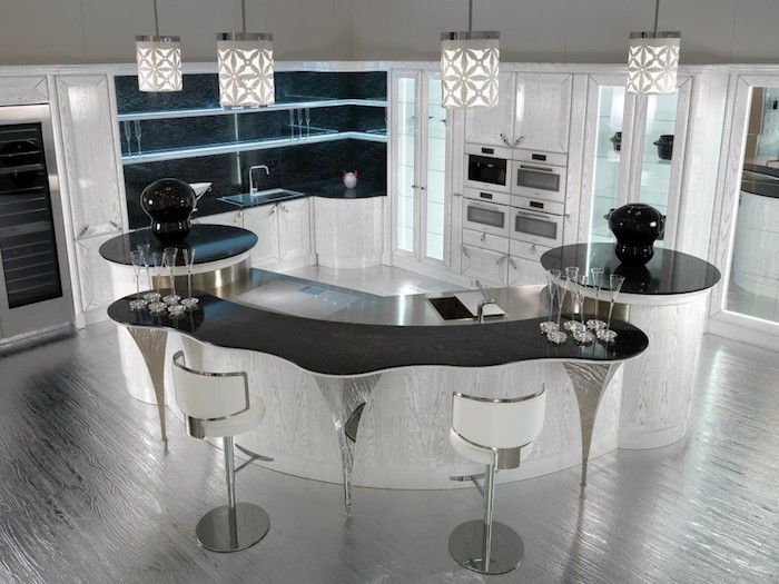 cuisine avec ilot central, étagères en verre, bar de cuisine en blanc et noir avec comptoir gris