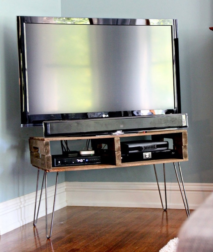 petit meuble avec palette sur pieds pour tv, meuble en bois de palette a faire soi meme