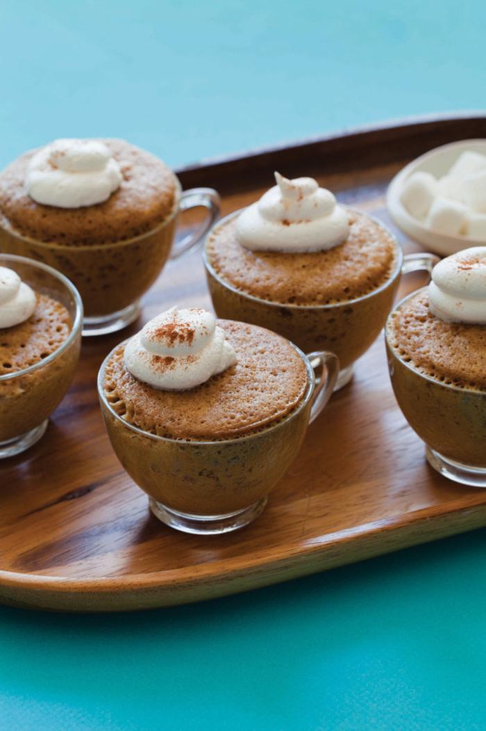 recette gourmande de gateau mug espresso au goût subtil de café garni de crème chantilly