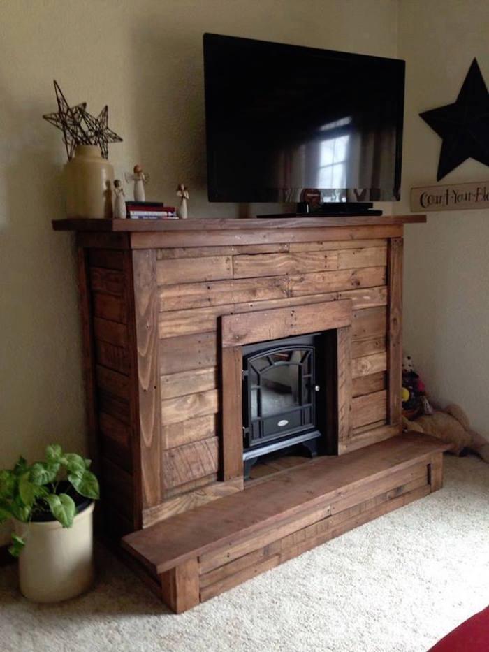 grand meuble de salon en bois de palettes pour tv et poele
