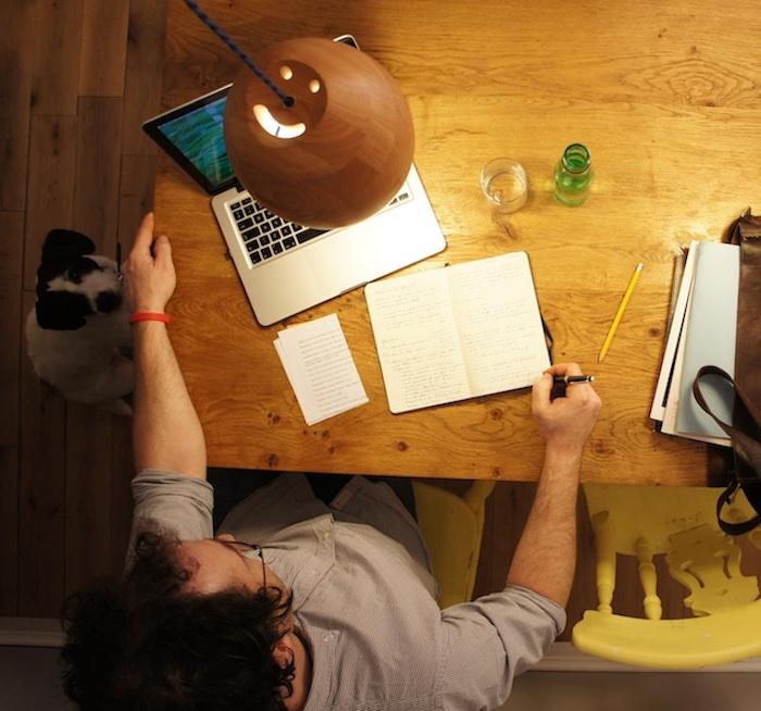 espace de travail avec bureau en bois, lampe design naturel en bois, idée pour aménager un bureau zen à la maison