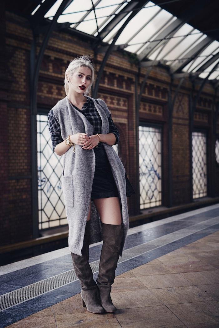 comment s habiller, chemise carrée et gilet long en gris, bottines hauteur genoux en marron