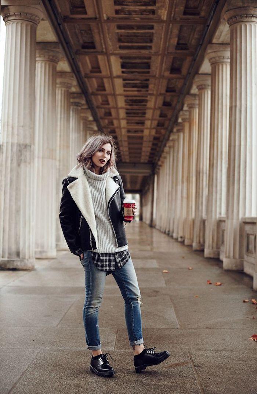 coupe de cheveux courts, coloration pastel, paire de jeans claire avec chaussures noires